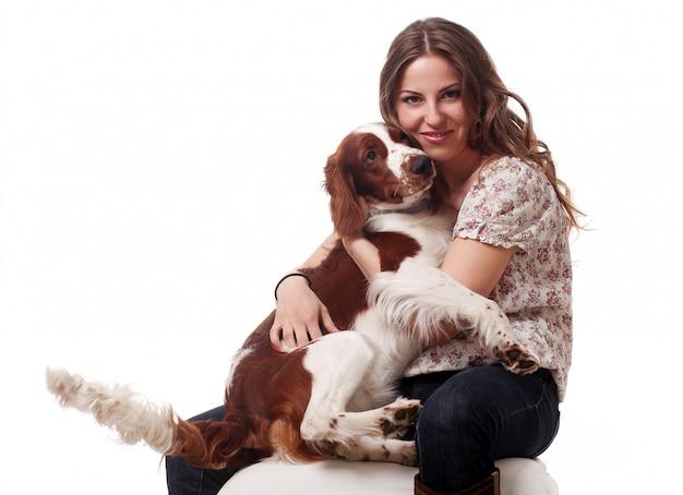 Linda mulher caucasiana com cachorro Foto gratuita