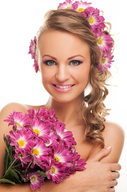 Linda mulher caucasiana com flores frescas Foto gratuita