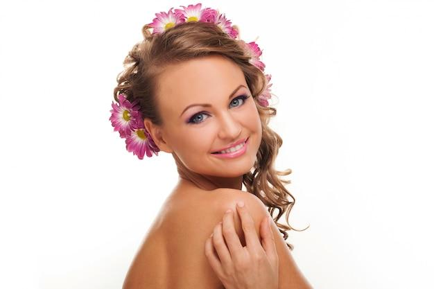 Linda mulher caucasiana com flores no cabelo Foto gratuita