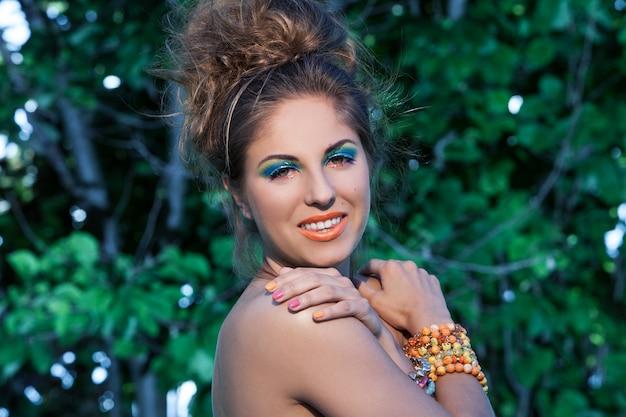 Linda mulher caucasiana com maquiagem artística Foto gratuita