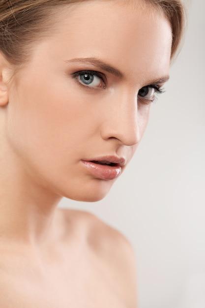 Linda mulher caucasiana com maquiagem natural Foto gratuita