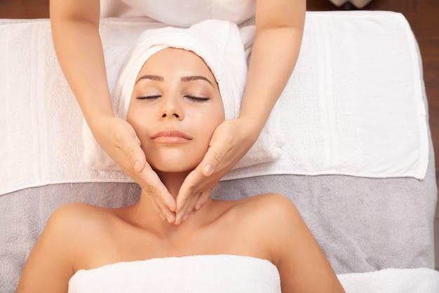 Linda mulher caucasiana, recebendo anti idade massagem no salão spa Foto gratuita