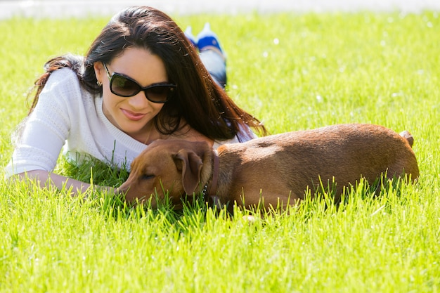 Linda mulher com cachorro Foto gratuita