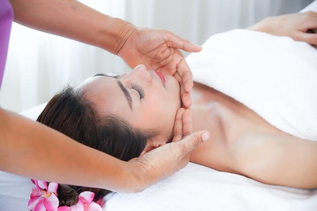 Linda mulher com massagem spa Foto gratuita