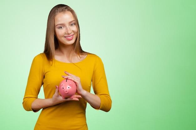 Linda mulher com mealheiro Foto Premium