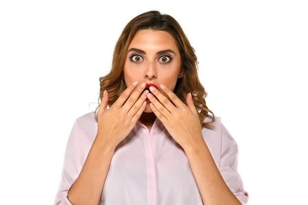 Linda mulher com olhos expressivos, muito surpreso e decepcionado com alguma coisa Foto gratuita