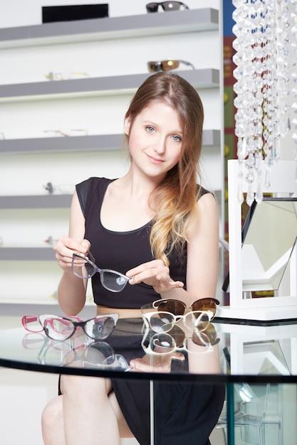 Linda mulher comprar novos óculos Foto Premium