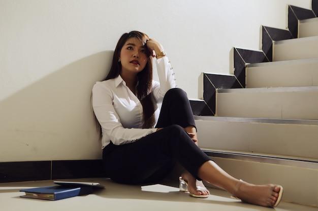 Linda mulher de negócios triste depois de receber más notícias sobre seu investimento. Foto Premium