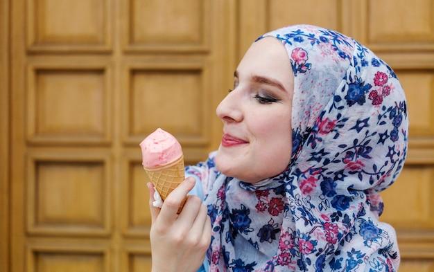 Linda mulher desfrutando de sorvete Foto gratuita