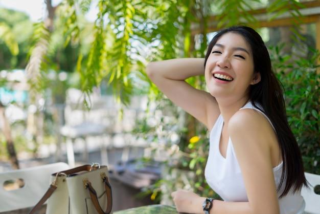 Linda mulher feliz sorrindo com sorriso perfeito aproveite a