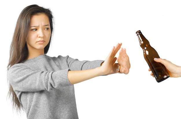 Linda mulher gesticulando não beba Foto Premium
