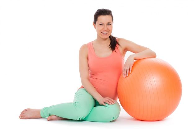 Linda mulher grávida com bola Foto gratuita