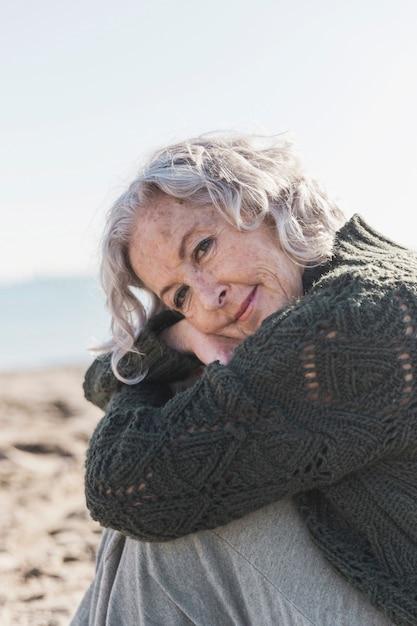 Linda mulher idosa posando ao ar livre Foto gratuita