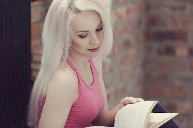 Linda mulher lendo um livro Foto gratuita
