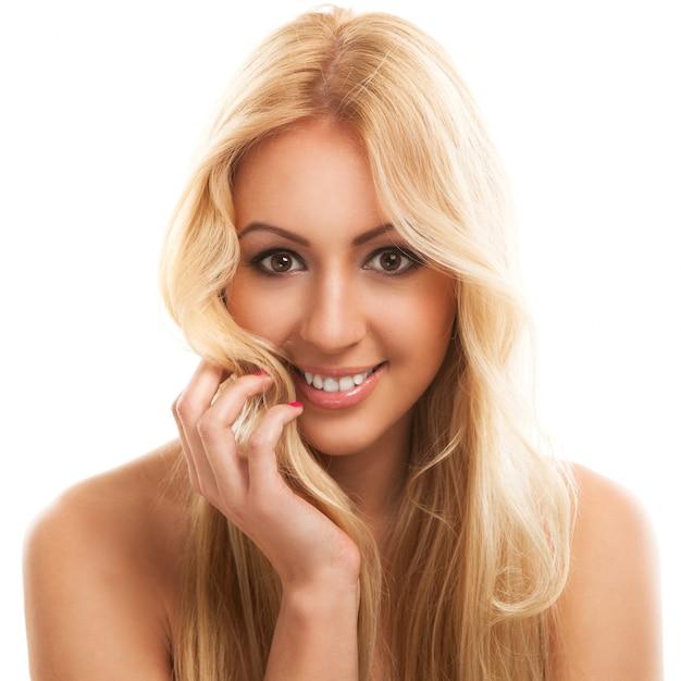Linda mulher loira com cabelos longos Foto gratuita