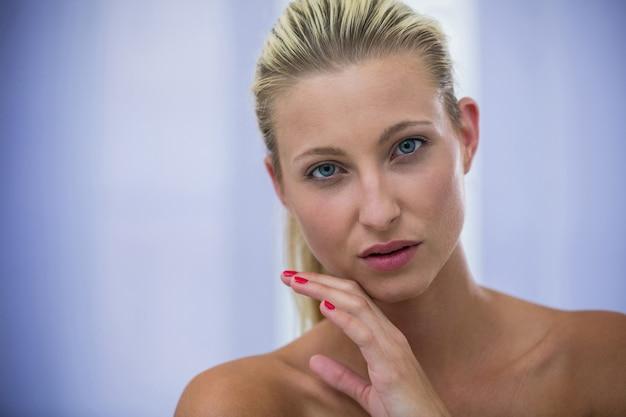 Linda mulher loira com pele saudável Foto gratuita