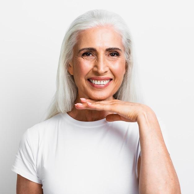Linda mulher madura sorrindo Foto gratuita