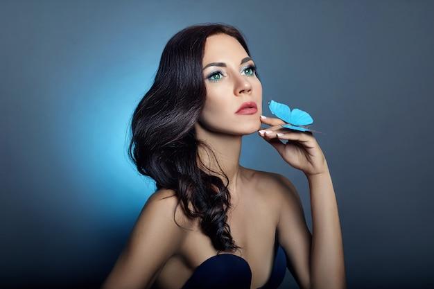 Linda mulher misteriosa borboletas cor azul Foto Premium