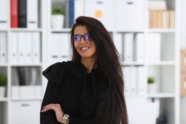 Linda mulher morena sorridente no escritório Foto Premium
