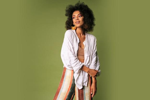 Linda mulher negra com penteado africano posando. estilo de verão. Foto gratuita