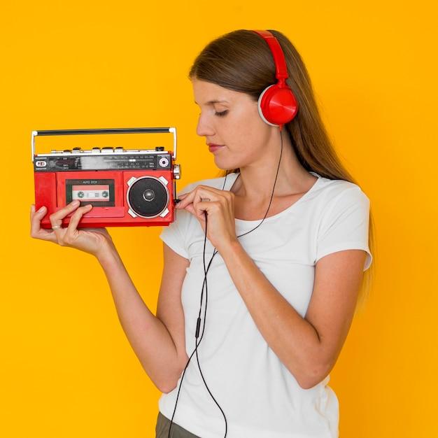 Linda mulher ouvindo música Foto gratuita