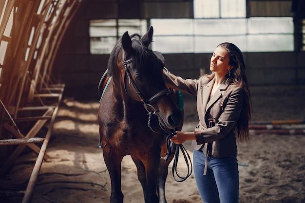Linda mulher passar tempo com um cavalo Foto gratuita