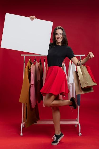 Linda mulher segurando uma faixa vazia Foto gratuita