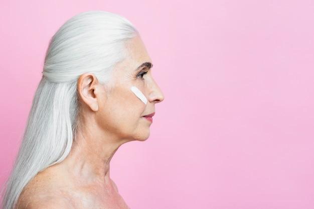 Linda mulher sênior com fundo rosa Foto gratuita
