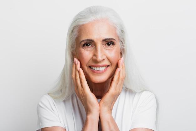 Linda mulher sênior orgulhosa de seu rosto Foto gratuita