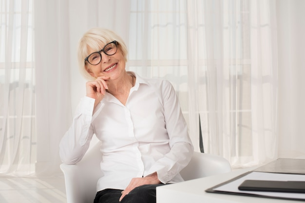 Linda mulher sentada em seu escritório Foto gratuita