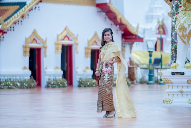 Linda mulher tailandesa em traje tradicional no templo de phra that choeng chum tailândia Foto gratuita