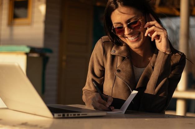 Linda mulher trabalhando ao ar livre em um dia ensolarado Foto Premium