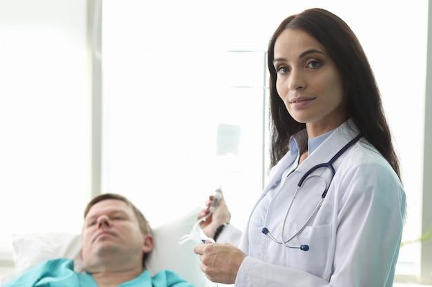 Linda mulher trabalhando no hospital Foto Premium