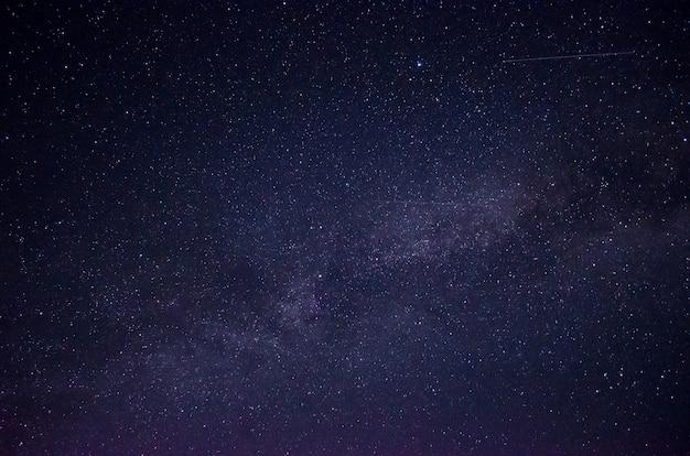 Linda noite céu cheio de estrelas. parte da via láctea no céu. Foto Premium