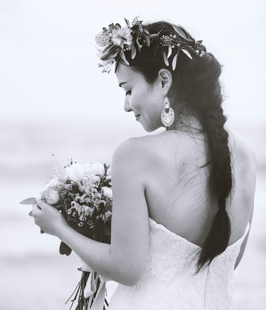 Linda noiva à beira-mar Foto gratuita