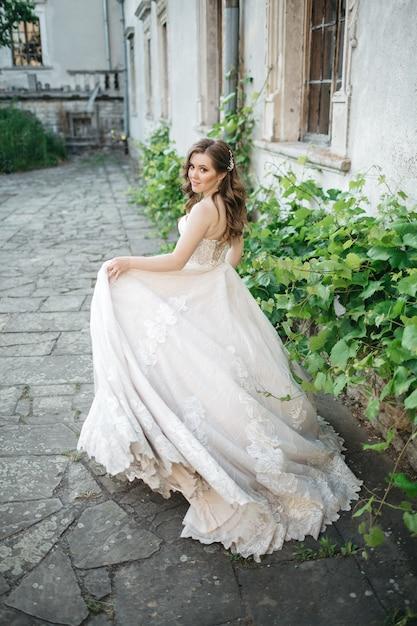 Linda noiva caminha pela cidade Foto gratuita