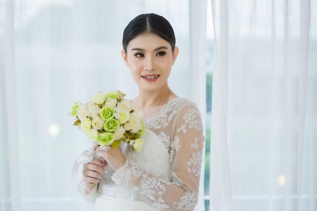 Linda noiva com buquê de flores do casamento Foto gratuita