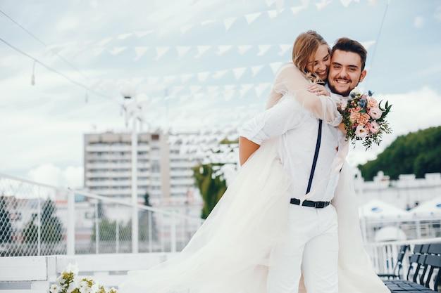 Linda noiva com o marido em um parque Foto gratuita