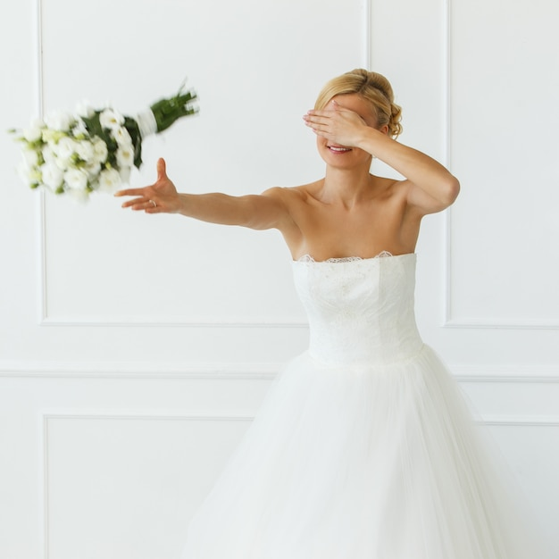 Linda noiva jogando buquê Foto gratuita