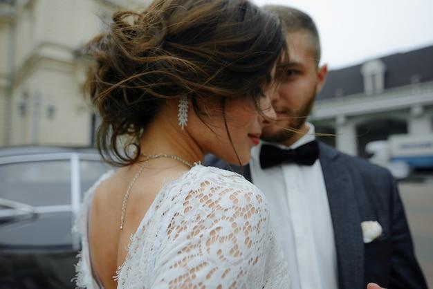 Linda noiva linda e elegante noivo bonito Foto Premium