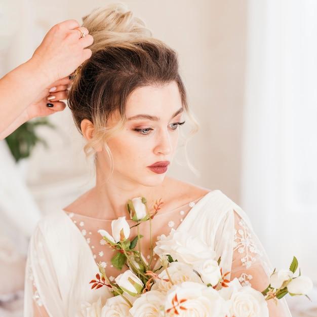 Linda noiva recebendo seu cabelo feito Foto gratuita