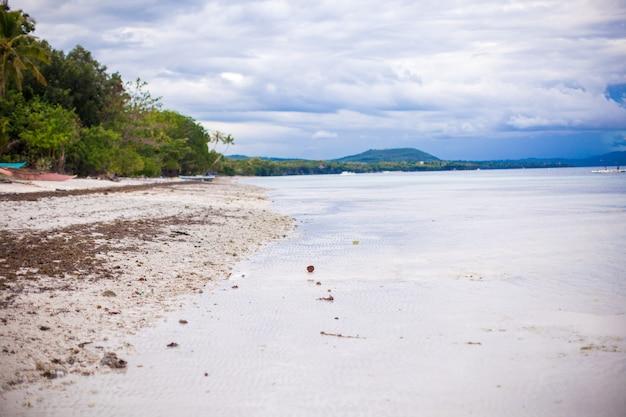 Linda paisagem limpa em uma praia paradisíaca nas filipinas Foto Premium