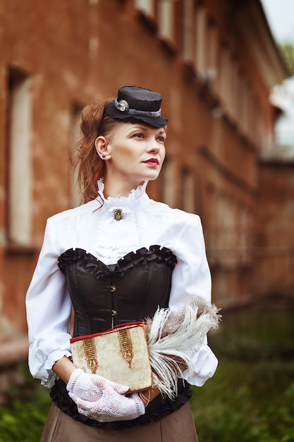 Linda ruivos mulher em roupas vintage Foto Premium