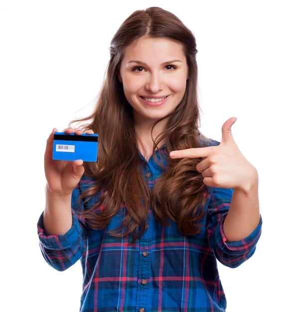 Linda simpática sorridente garota confiante mostrando o cartão vermelho na mão, isolado Foto Premium