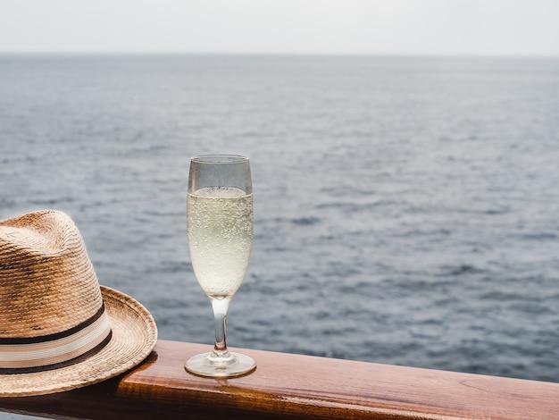 Linda taça de champanhe no convés aberto Foto Premium