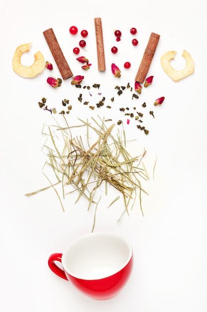 Lindas e deliciosas folhas de chá secas com ervas, flores, frutos e frutas Foto gratuita