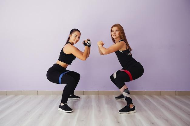 Lindas e jovens garotas em um ginásio Foto gratuita