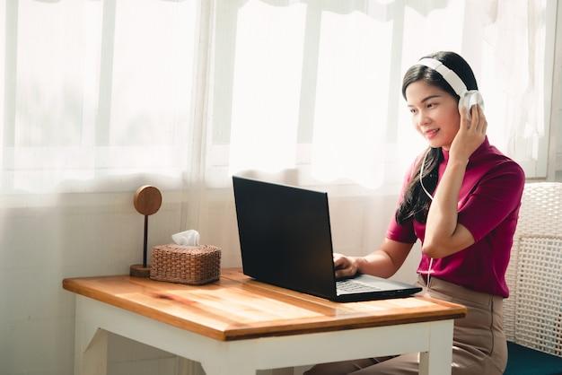 Lindas estudantes asiáticas usando fones de ouvido enquanto estudava on-line professores e alunos usam sistemas de videoconferência para ensinar os alunos. Foto Premium