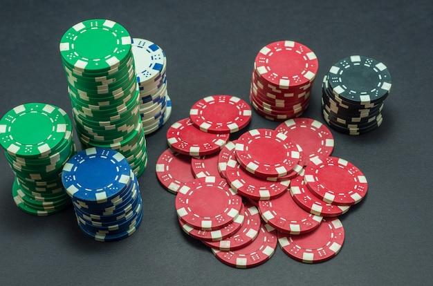 Lindas fichas de pôquer empilhadas Foto Premium