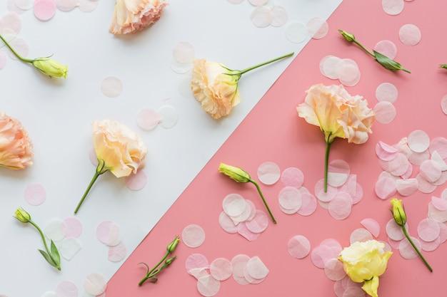 Lindas flores e confetes vista superior Foto Premium